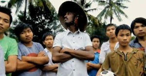 """Bài hát cổ động World Cup 2010 - """"Wavin' Flag""""-K'Naan quay tại Việt Nam"""