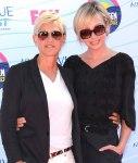 Người dẫn chương trình Ellen DeGeneres (trái) và bạn đời Portia de Rossi - Teen Choice Awards 2012 (1)