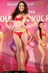 Chung kết Hoa hậu Việt Nam 2012 - Diệp Hồng Đào SBD 055. Cao 1,70m. Số đo ba vòng 81-62-90.