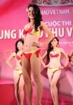 Chung kết Hoa hậu Việt Nam 2012 - Nguyễn Ngọc Vân Anh, SBD 001. Cao 1,73m. Số đo ba vòng 87-67-91.
