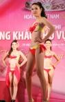 Chung kết Hoa hậu Việt Nam 2012 - Phạm Thị Phương Thảo, SBD 262. Cao 1,68m. Số đo ba vòng 81-61-86.