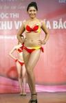 Chung kết Hoa hậu Việt Nam 2012 - Thiều Thị Linh, SBD 907. Cao 1,70m. Số đo ba vòng 85-63-90.