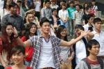 Vietnam Idol 2012 tập 2 - MC Huy Khánh đứng giữa hàng nghìn thí sinh